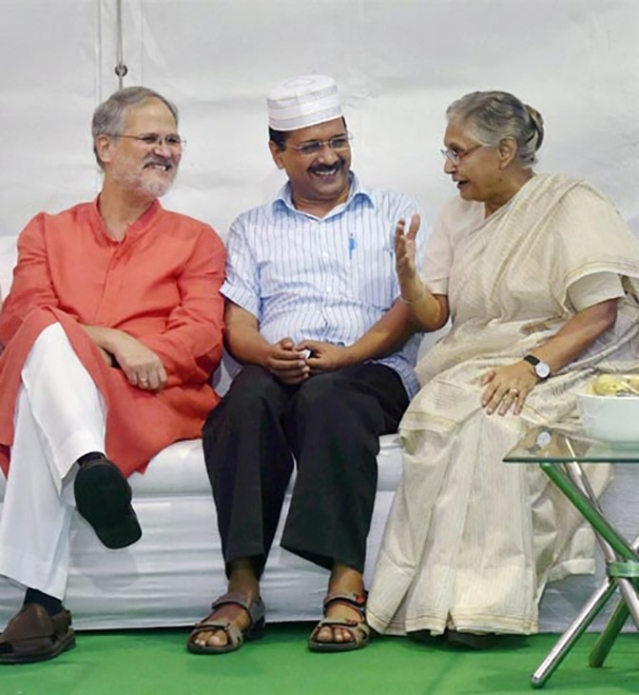 Arvind Kejriwal and Sheila Dikshit with Lieutenant General, Najeeb Jung. (Photo: <b>The Quint</b>)