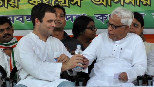 Rahul Gandhi and former West Bengal Chief Minister Buddhadeb Bhattacharya during a Congress-CPI(M) rally in Kolkata (Photo: Kuntal Chakrabarty/IANS)