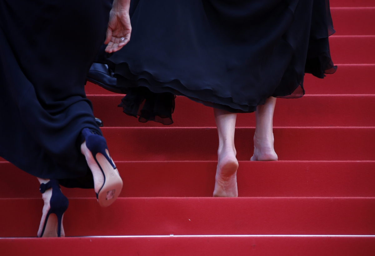 Julia Roberts Walks All Over Cannes Red Carpet Rules Barefoot