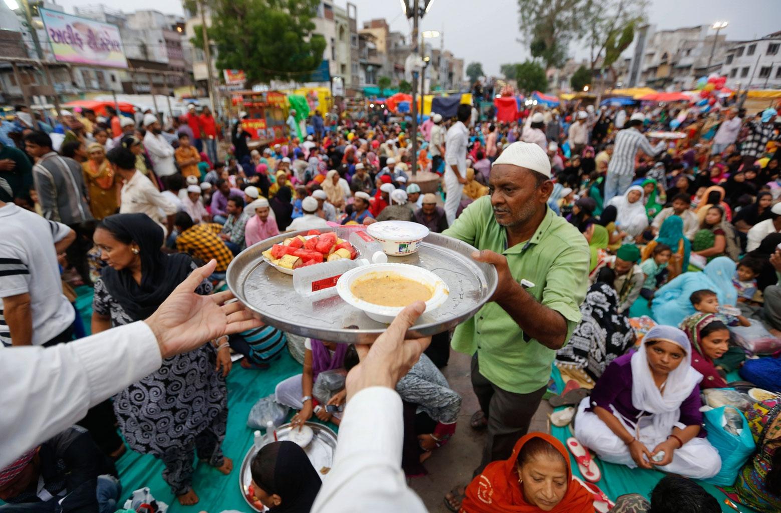 Beautiful India Eid Al-Fitr Food - thequint%2F2016-07%2F175a38a0-94f8-4076-a368-57a9272aa578%2FIndia-Ramadan_Webf-(1)  Perfect Image Reference_568060 .jpg?rect\u003d0%2C223%2C1559%2C520\u0026q\u003d35\u0026auto\u003dformat%2Ccompress\u0026w\u003d960
