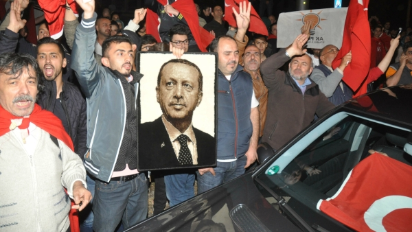 Supporters of Turkish President Recep Tayyip Erdogan demonstrate at the Turkish consulate in Stuttgart, Germany, early Saturday, 16 July, 2016.(Photo:  AP)