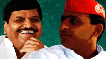 Uttar Pradesh Chief Minister Akhilesh Yadav and uncle Shivpal. (Photo: <b>The Quint</b>)
