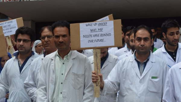 Doctors from all the government hospitals in Srinagar are protesting the use of pellet guns on the Kashmiri youth. (Photo Courtesy: Pradeepika Saraswat)