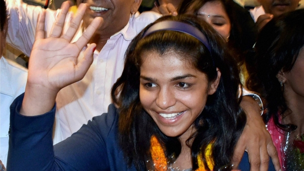Rio Olympics bronze medalist Indias first woman wrestler Sakshi Malik waves to her fans as she receives a grand welcome on her arrival at IGI airport T3 in New Delhi from Rio de Janeiro early on Wednesday morning. (Photo: PTI)