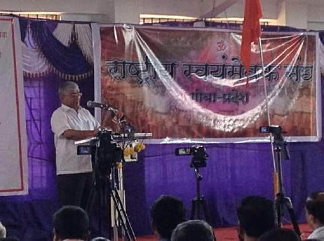 "Subhash Welingkar addressing a meeting of  RSS volunteers on Sunday. (Photo Courtesy: Twitter<a href=""https://twitter.com/search?f=images&vertical=default&q=%E0%A4%B5%E0%A5%87%E0%A4%B2%E0%A4%BF%E0%A4%82%E0%A4%97%E0%A4%95%E0%A4%B0&src=typd"">/@meemilind</a>)"