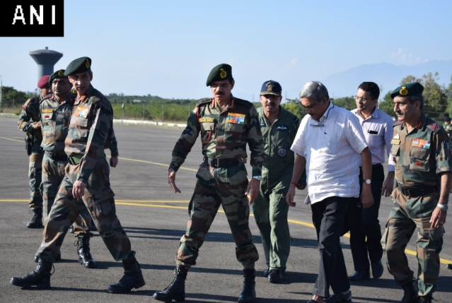 Army Chief of Staff Dalbir Singh along with Defence Minister Manohar Parrikar in Srinagar. (Photo: ANI)