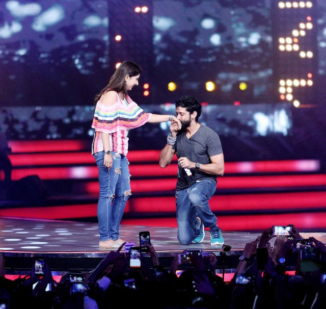 A lucky fan with Akhtar on stage. (Photo: Yogen Shah)