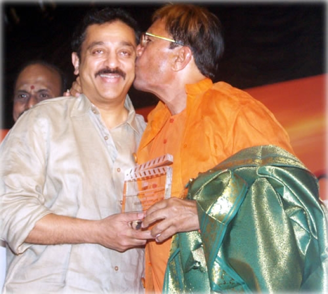 "Kamal Haasan and Rajesh Khanna at the All India Film Federation Employees Conference. (Photo courtesy: <a href=""http://www.behindwoods.com/tamil-movie-news-1/oct-09-02/fefsi-09-10-09.html"">www.behindwoods.com</a>)"