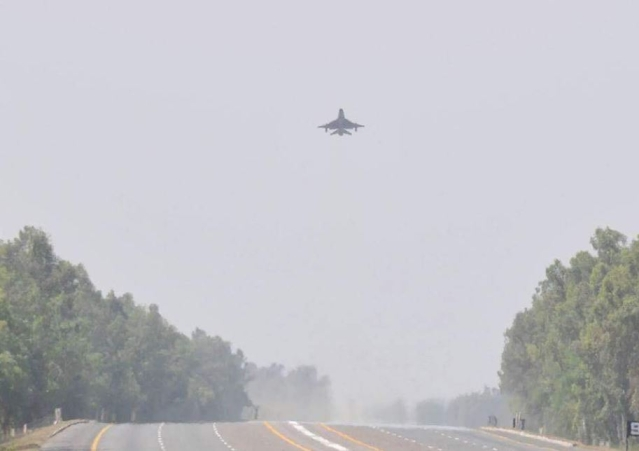 "Images of Pakistan Air Force closing motorways for testing. (Photo: Twitter/<a href=""https://twitter.com/raisinganchor/status/778559254311600128"">Mohammed Firaas</a>)"