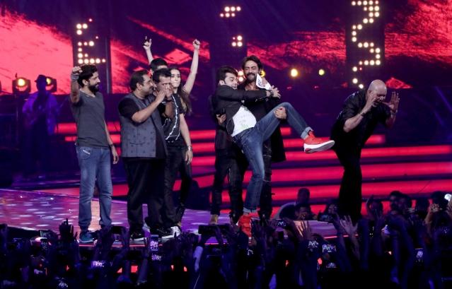 Everyone is having fun on stage. (Photo: Yogen Shah)