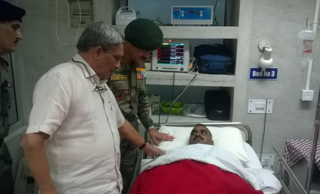 "Defence Minister Manohar Parrikar meets soldiers injured in Uri. (Photo: Twitter/<a href=""https://twitter.com/manoharparrikar/status/777527850840707072"">Manohar Parrikar</a>)"