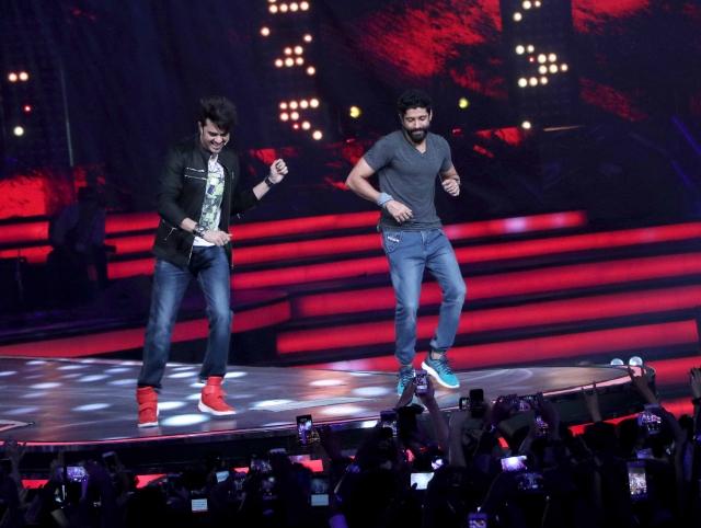 Manish Paul and Farhan Akhtar dancing at the concert. (Photo: Yogen Shah)