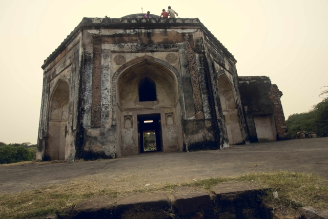 The front view of the tomb. (Photo: Abhilash Mallick/<b>The Quint)</b>