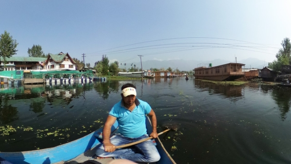 Sahil Kulu in Dal Lake in Srinagar. (Photo: The Quint/Poonam Agarwal)