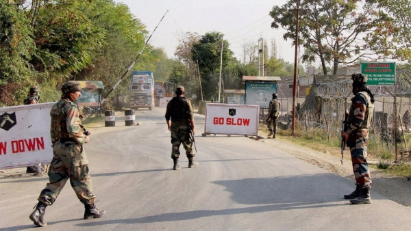 Soldiers guard at the Army base camp during a militant attack in Baramulla district of north Kashmir, 3 October, 2016. (Photo: PTI)