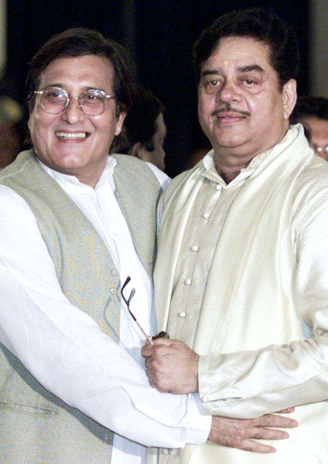 Actors-turned-politicians Shatrughan Sinha and Vinod Khanna pose for photographers after the swearing-in-ceremony in New Delhi, 1 July 2002. (Photo: Reuters)