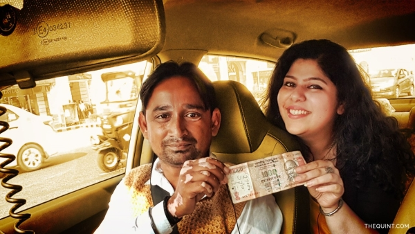 RJ Stutee talks to cabbies about the Modi govt's ban on 500 and 1,000 rupee notes. (Photo: <b>The Quint</b>/Liju Joseph)