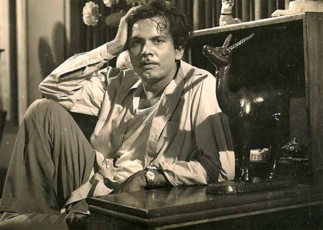 """Johnny Walker on the sets of a film. (Photo courtesy: <a href=""""https://www.facebook.com/bijlinews/photos/pcb.405132753210291/405131983210368/?type=3&theater"""">Facebook/bijlinews</a>)"""