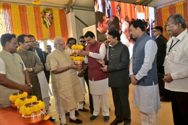 CM Devendra Fadnavis hands over the kalash of water & soil collected from all over Maharashtra to PM Modi as Shiv Sena Chief Uddhav Thackeray and others look on. (Photo Courtesy: Twitter/@CMOMaharashtra)