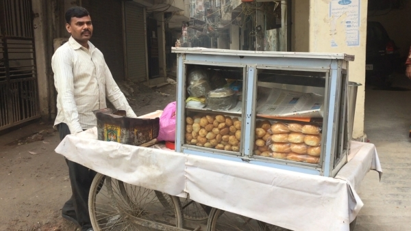 The note ban has hit Gol Gappa seller Narendra's business hard and has made daily survival extremely difficult. (Photo: <b>The Quint</b>)