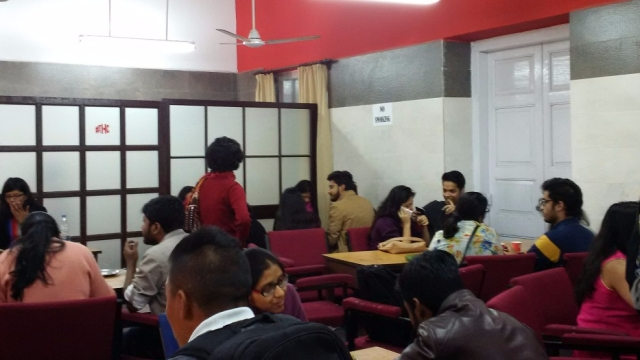 Students taking a break at the Presidency University canteen. (Photo: Chandan Nandy/<b>The Quint</b>)