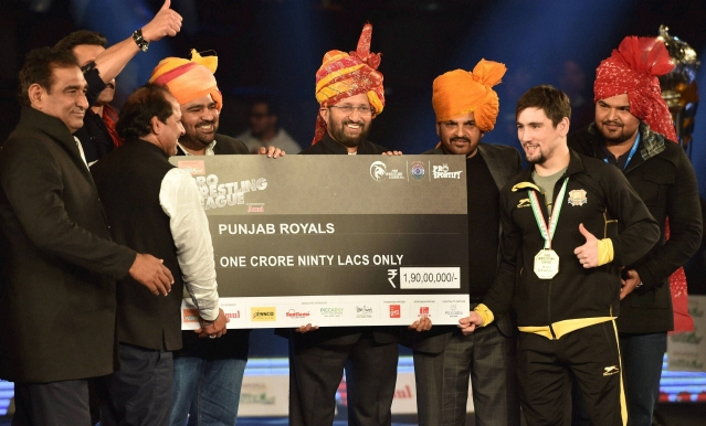 Union Minister Prakash Javadekar presents a cheque to Punjab Royals' captain. (Photo: PTI)
