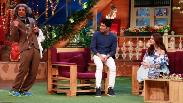 Sunil Grover and Kapil Sharma on <i>The Kapil Sharma Show </i>with Anushka Sharma. (Photo: Yogen Shah)