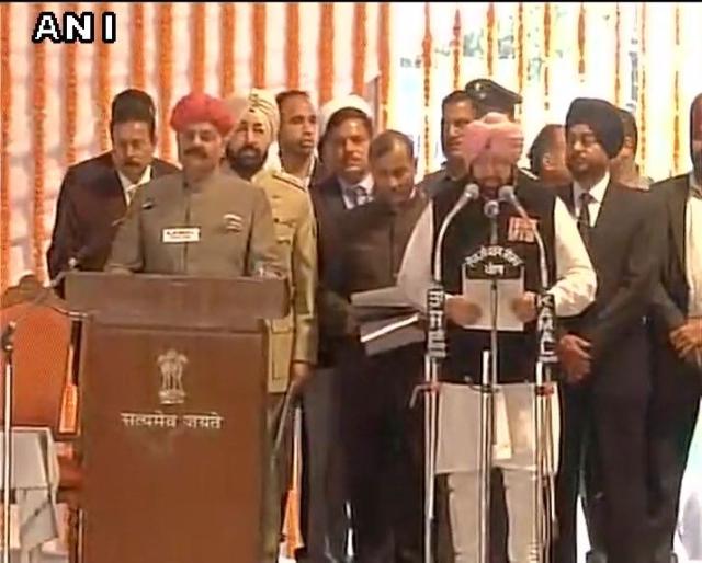 Congress' Captain Amarinder Singh takes oath as Punjab CM. (Photo: ANI)