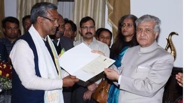"Trivendra Singh Rawat (<i>left</i>) with Uttarakhand Governor Krishna Kant Paul (<i>right</i>). (Photo Courtesy: Twitter/<a href=""https://twitter.com/ANI_news/status/842758783940091906"">ANI</a>)"