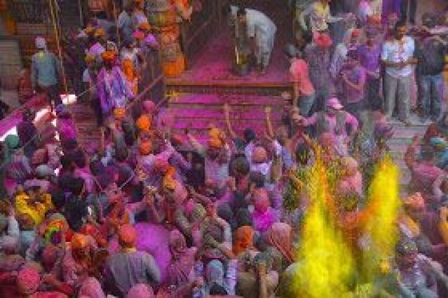 "A glimpse of the Holi at Dwarkadheesh temple. (Photo: Facebook/<a href=""https://www.facebook.com/foodTravelLuxury/"">FoodTravelLuxury</a>)"