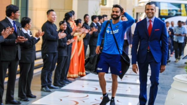 Indian  skipper Virat Kohli makes a stylish entry followed by his teammates at their  victorious return. (Photo Courtesy: <em>Nivedith Gajapathy)</em>