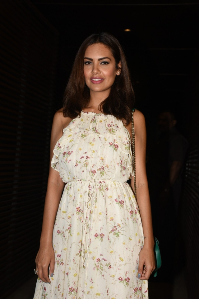 Esha Gupta smiles for the camera. (Photo: Yogen Shah)