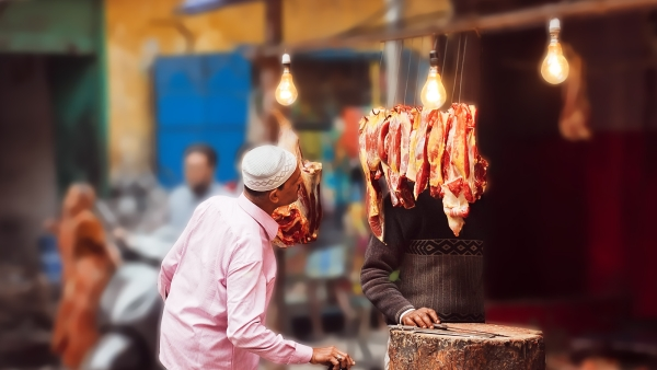 To eat meat or not is an individual's decision, food choices shouldn't be politicised in India. (Photo: iStock/ Altered by <b>The Quint</b>)