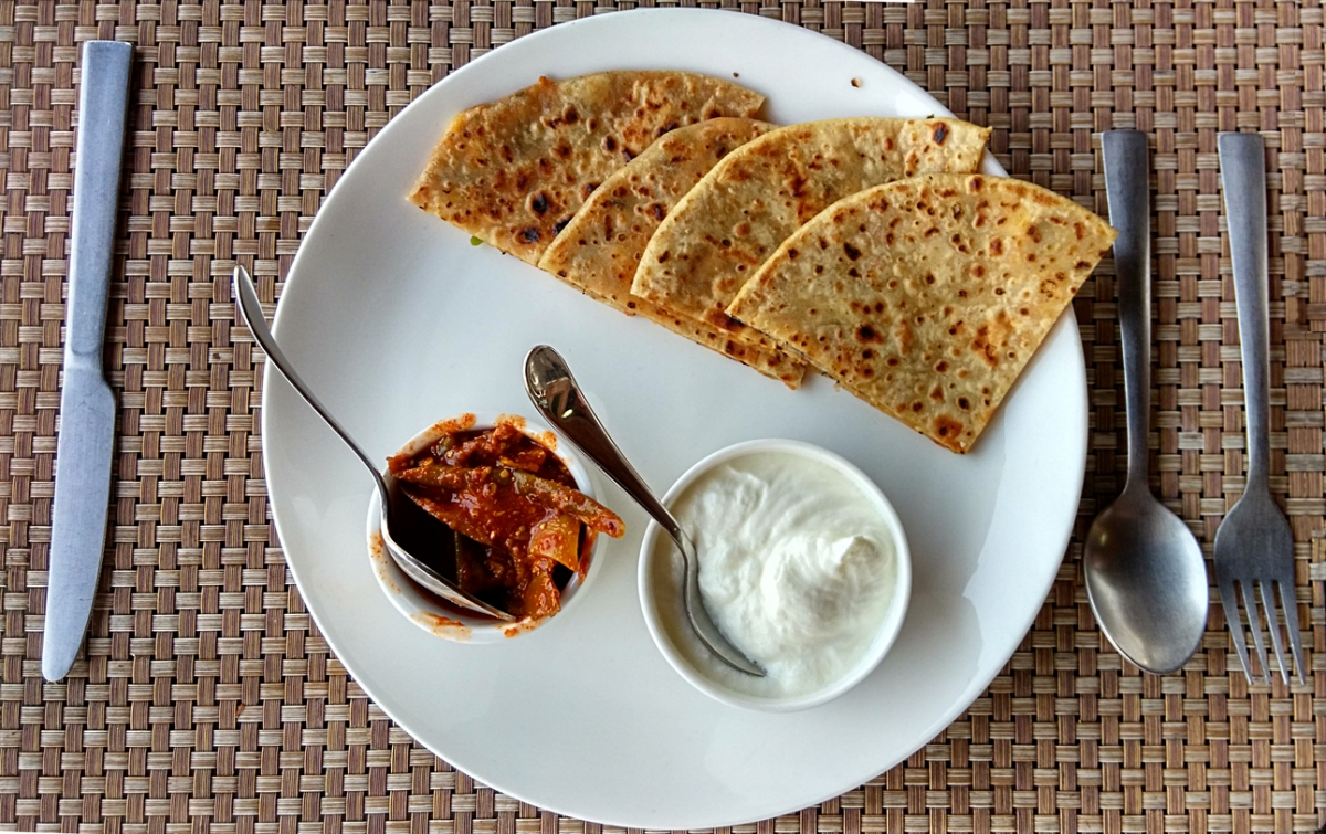 दही या बटर मिल्क के साथ मिला सत्तू का परांठा एक उच्च अनुशंसित उच्च प्रोटीन नाश्ता है।