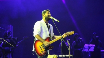 "Arijit Singh wins at the 63rd Filmfare Award. (Photo: <a href=""https://www.facebook.com/ArijitSingh/photos/a.1442790962626792.1073741839.1377543162484906/1615482645357622/?type=3&theater"">Facebook/Arijit Singh</a>)"