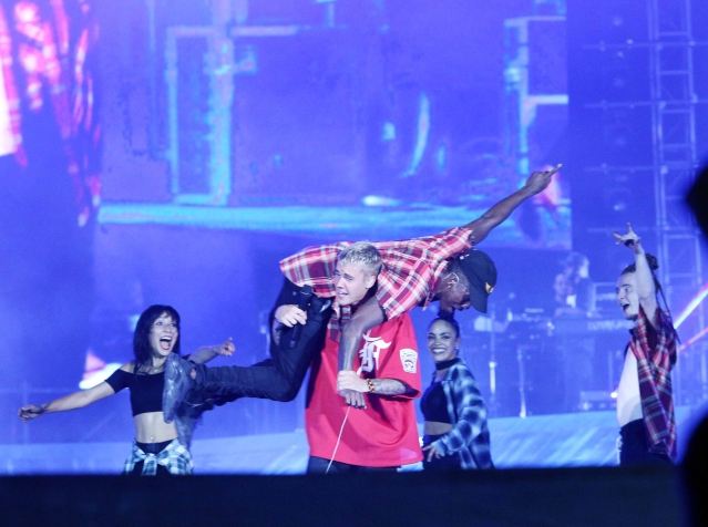 Justin Bieber gets into the groove. (Photo: Yogen Shah)