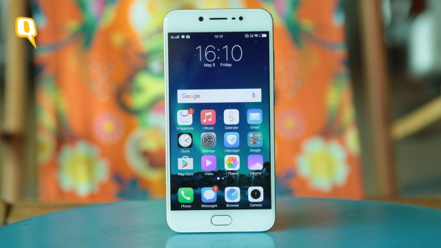 The Vivo V5s has a premium design. (Photo: Shiv Kumar Maurya/<b>The Quint</b>)
