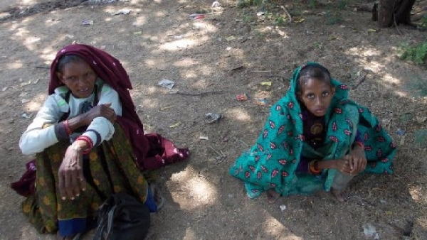 Puni Garasia (right) sits with her mother in Sirohi, southwest Rajasthan. Puni, 14, a tribal, weighed barely 20 kg when she was detected with tuberculosis in October 2016 (Photo Courtesy: IndiaSpend/Charu Bahri)
