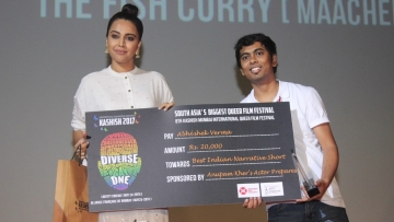 Actor Swara Bhaskar hands over the prize to Abhishek Verma. (Photo courtesy: KASHISH)