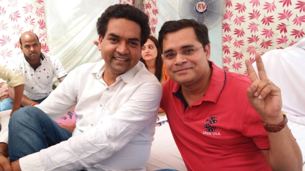 "Neil Haslam (right) with sacked AAP leader Kapil Mishra during his hunger strike. (Photo Courtesy: Twitter/<a href=""https://twitter.com/neilhaslam90?lang=en"">Neil Haslam</a>)"