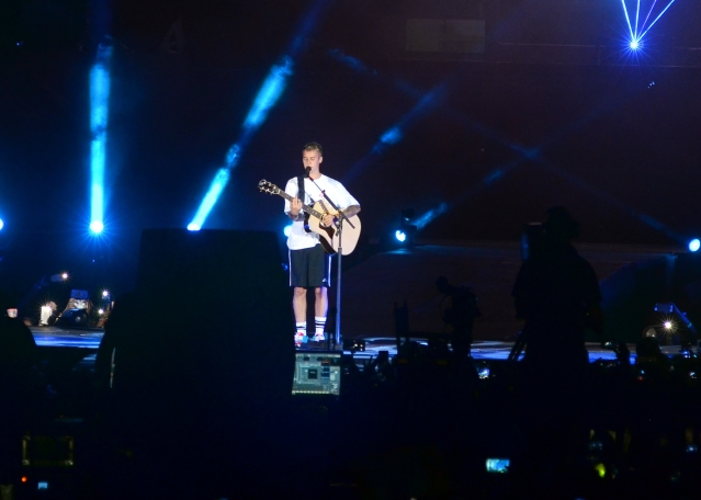 Justin Bieber performs the romantic <i>Cold Water</i>. (Photo: Yogen Shah)