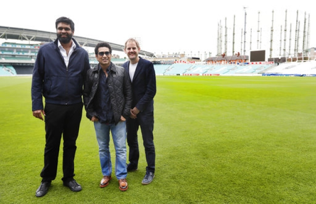 Sachin Tendulkar with director James Erskine (R) and producer Ravi Bhagchandka (L) at the Oval cricket ground. (Photo: AP)
