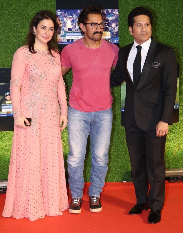 Aamir poses with Anjali and Sachin Tendulkar. (Photo: Yogen Shah)