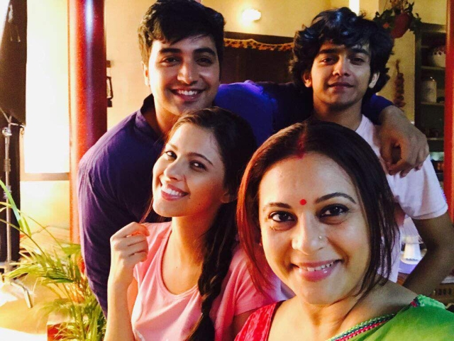 The actor with her onscreen children. (Photo Courtesy: Manasi Joshi Roy)