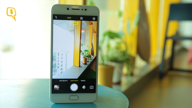 The Vivo V5s has a 20 megapixel selfie camera. (Photo: Shiv Kumar Maurya/<b>The Quint</b>)