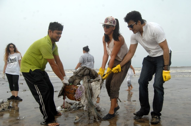 "Actor Pooja Bedi contributed to the cause as well. (Photo courtesy: <a href=""https://www.facebook.com/cleanupversovarockbeach/"">Facebook/ Cleanupversovarockbeach</a>)"