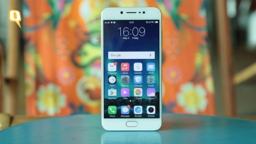 The Vivo V5s is built for selfie lovers, but what about its other features? Read our review. (Photo: Shiv Kumar Maurya/<b>The Quint</b>)