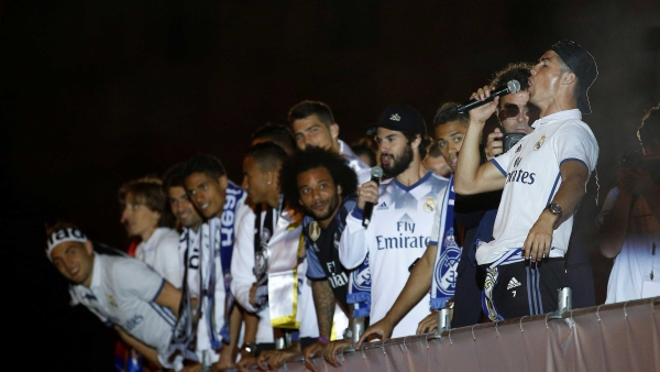 Real Madrid's Cristiano Ronaldo (R) celebrates with team-mates in Cibeles square after Real Madrid won the La Liga title. (Photo: Reuters)