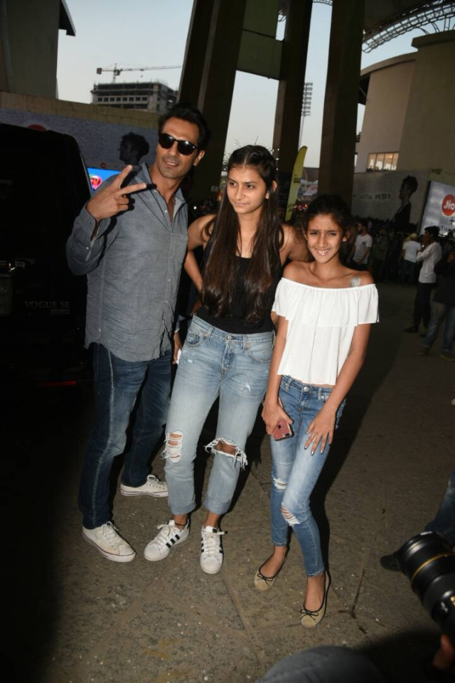 Arjun Rampal poses for the cameras with his girls. (Photo: Yogen Shah)