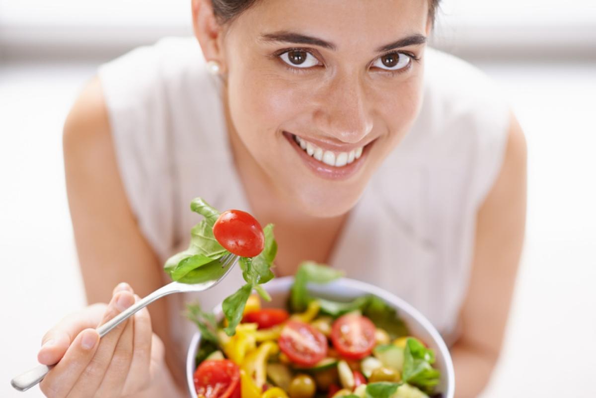 अपने आहार में सलाद और कुछ फलों में फेंकें।